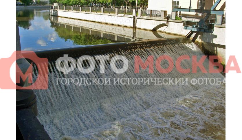 Водопад на Сыромятническом гидроузле