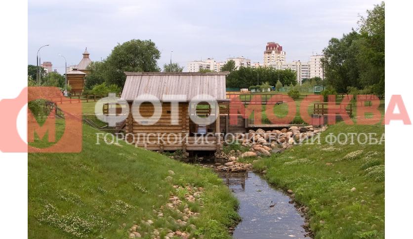 Водяная мельница на реке Жуже - экспонат музея деревянного зодчества в Коломенском