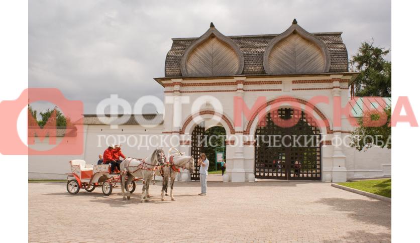 Спасские (задние) ворота со Стрелецкими караульнями в музее-заповеднике