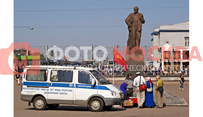 Памятник Ленину и его поклонники