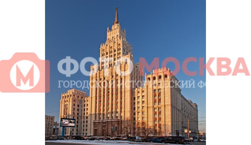Сталинская высотка на Садовой-Спасской, 21. В ней находится один из выходов метро
