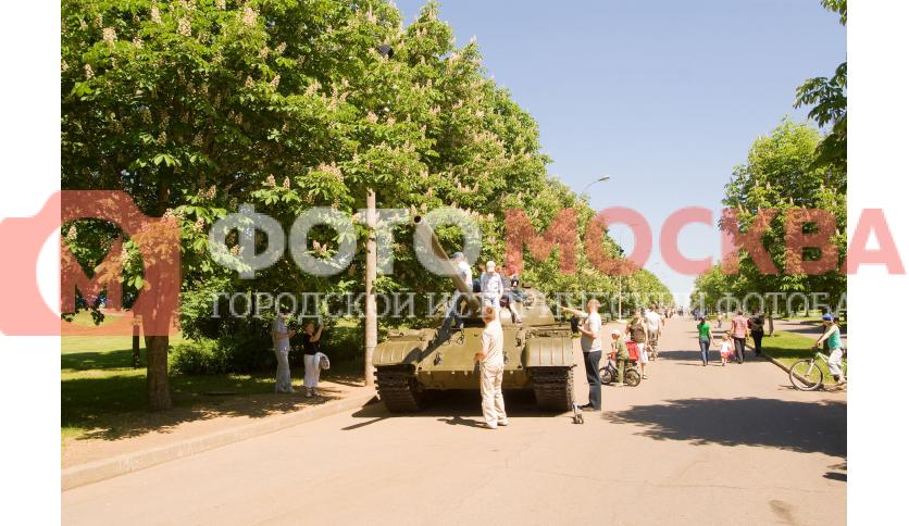 Аллея с военной техникой в Парке Победы