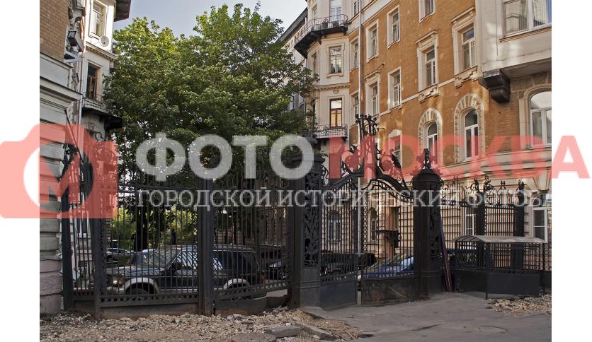 Ворота бывшего доходного дома Страхового общества «Россия»
