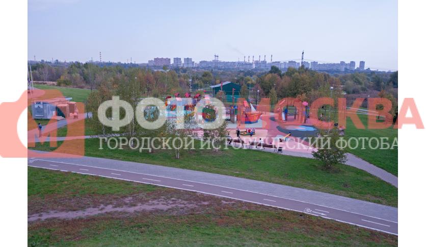 Детская площадка в парке в пойме реки Городни