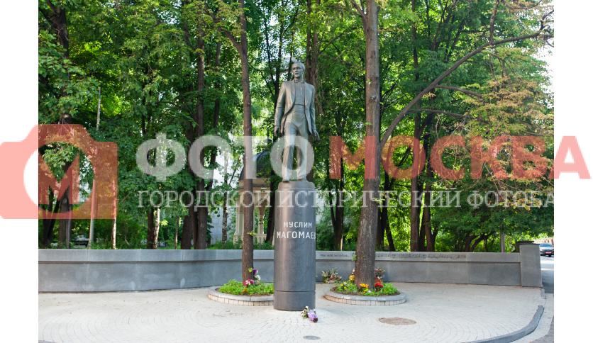 Памятник М. Магомаеву