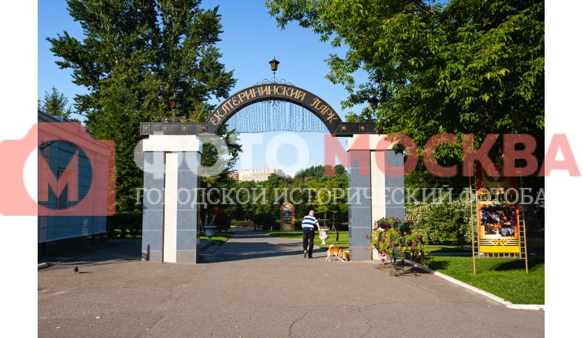 Арка на входе в Екатерининский парк
