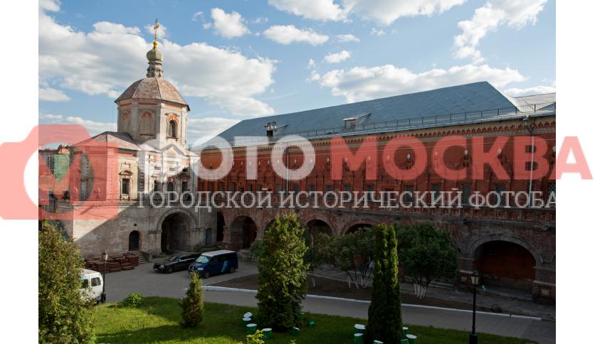 Внутренний двор Высоко-Петровского монастыря