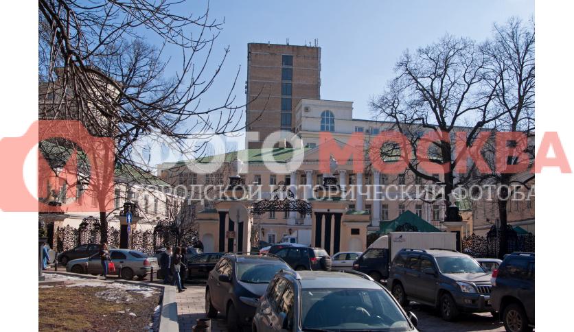 Главный вход в библиотеку им. К.Д. Ушинского