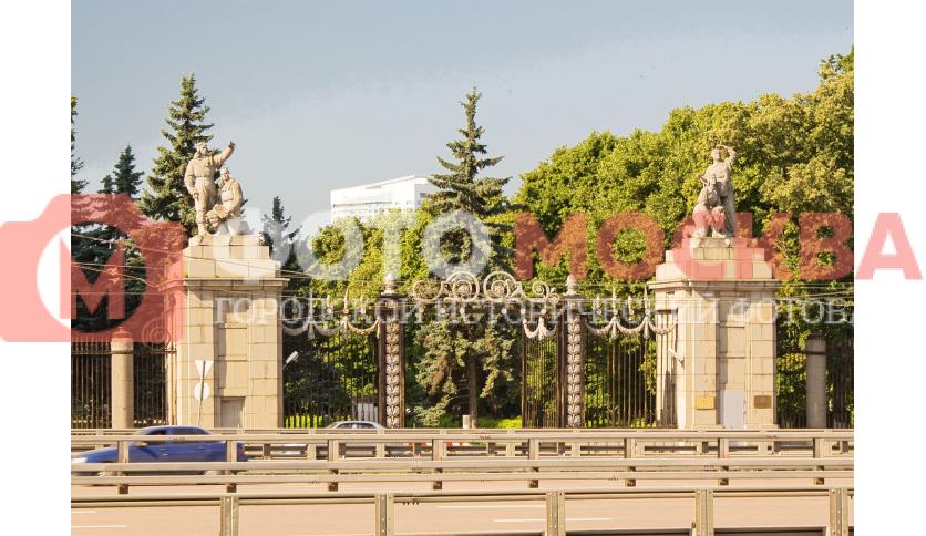 Ворота в парк перед штабом ОДКБ