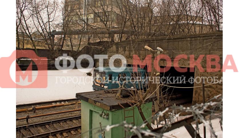 Между станциями Автозаводская и Коломенская метропоезд выезжает на поверхность