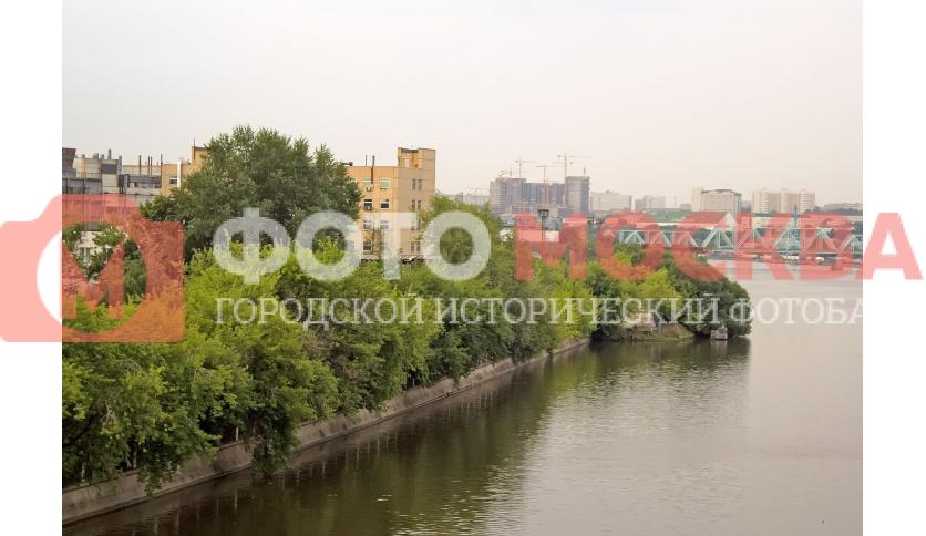 Берег Москвы-реки на территории ЗИЛ сильно зарос