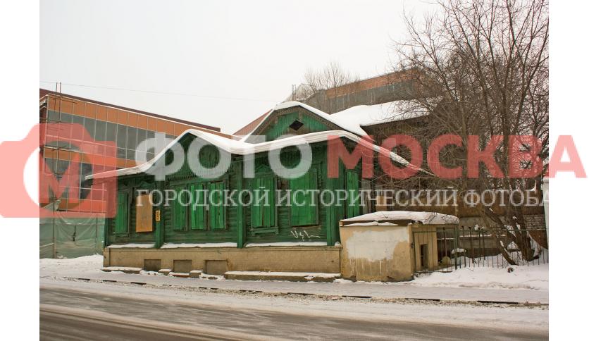 Ленинская слобода, 19. Деревянный дом окружен корпусами