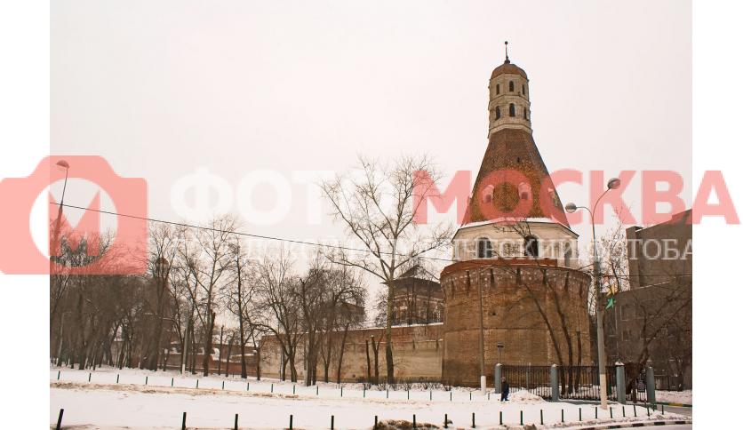 У входа в Симонов монастырь