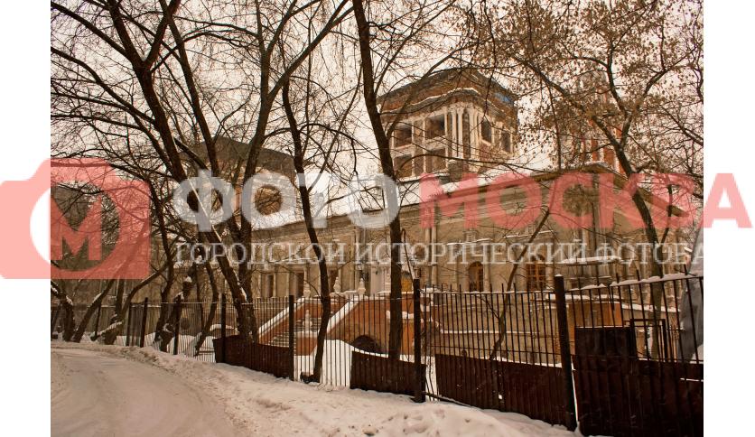 Кривой забор между остатками монастыря и ДК ЗИЛ на месте некрополя