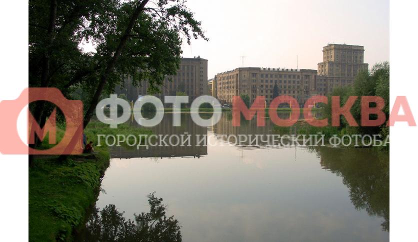 Вид на МГТУ им. Баумана из Лефортовского парка