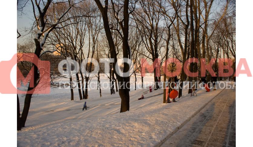 Зимой в Лефортовском парке катаются со снежных горок