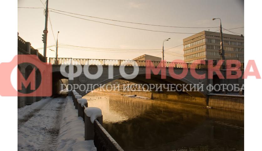 Госпитальный мост через реку Яузу