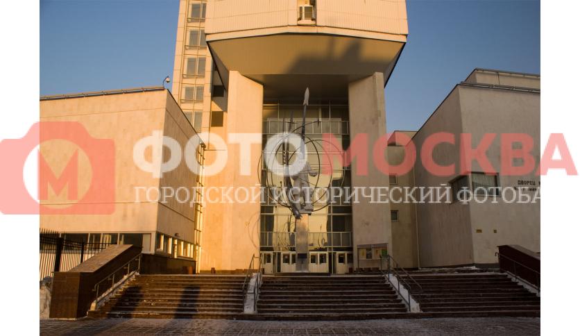 Памятник Королеву у УЛК МГТУ им. Н.Э. Баумана и вход в здание