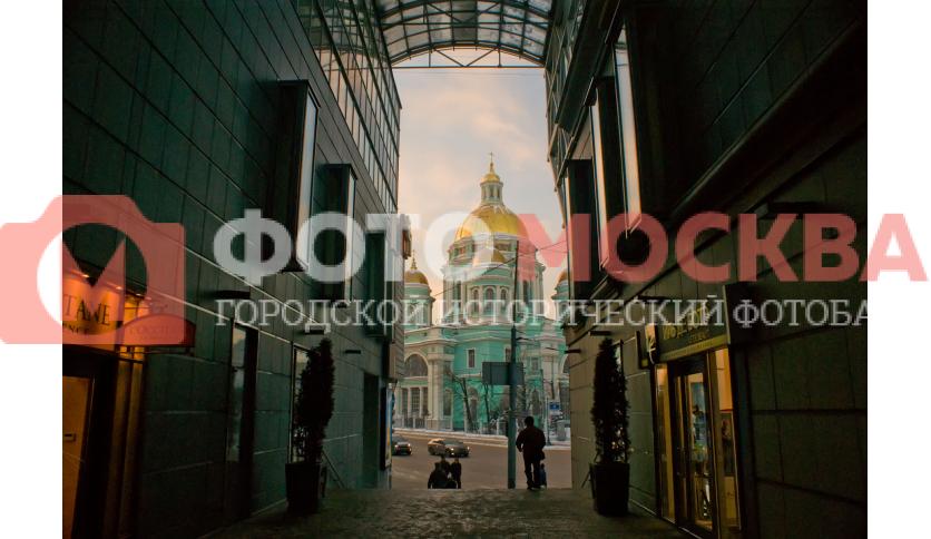 Вид из торговой галереи Елоховского пассажа на Богоявленский собор