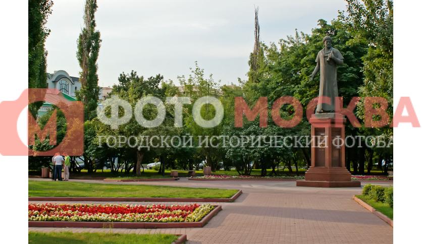 Памятник Алишеру Навои и сквер
