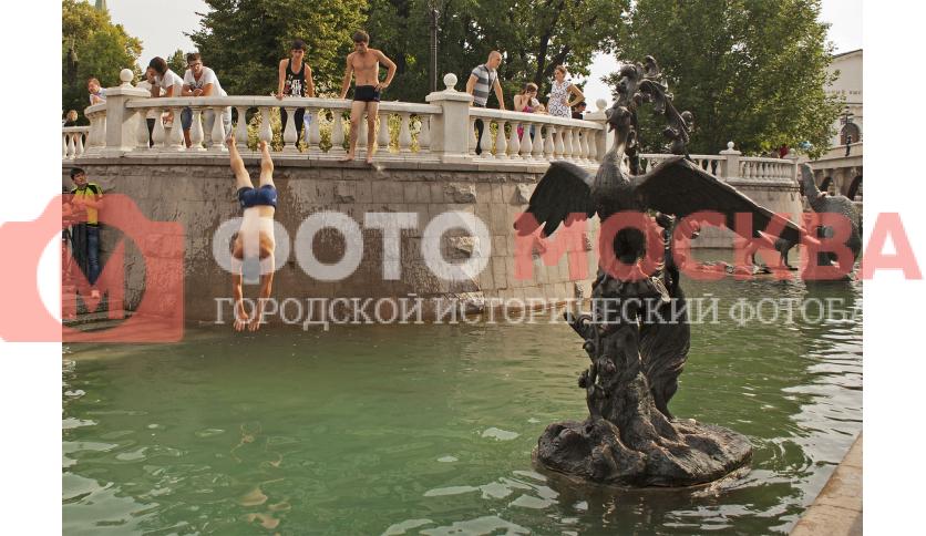 В фонтане можно искупаться