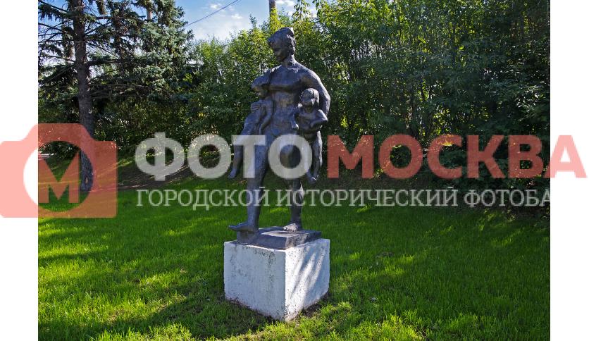 Скульптура «Женщина, которая несёт»