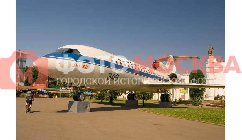 Самолет ЯК-42 на ВВЦ